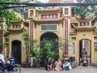 spacer po hanoi - kable elektryczne wietnamczycy budynek