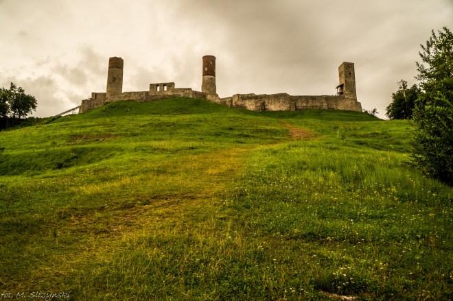 duży zamek stojący na wzgórzu okolice kielc