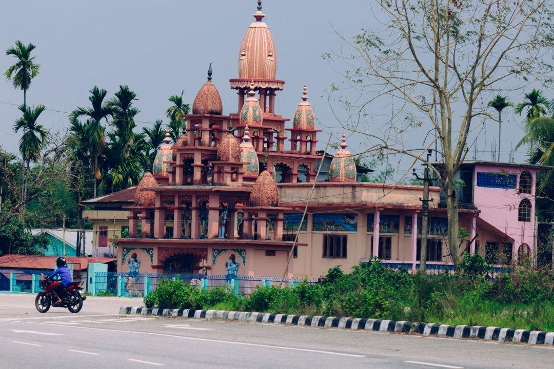 Assam. Hinduizm wszechobecny, chociaż minarety też są widoczne
