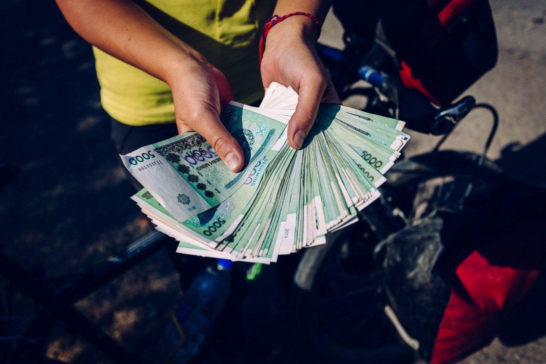 Pieniądze wUzbekistanie towogóle osobny temat. Zajednego dolara woficjalnym obiegu można dostać 3000 somów, zatoucinkciarza naczarnym rynku już ponad 6 tysięcy. Każdy wymienia więcwalutę wpodziemiu, zresztą ku niememu przyzwoleniu rządu.