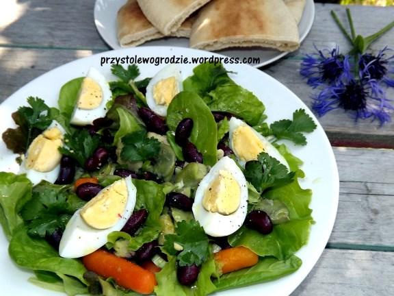 Sałatka z fasolą i jajkiem