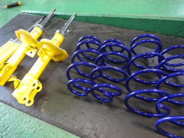 Z12 キューブ KYB ローファーサスキットに交換 四輪アライメント