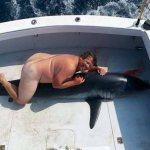 ΣΑΛΟΣ με  «ψαρά» που φωτογραφήθηκε ΟΛΟΓΥΜΝΟΣ με… νεκρό καρχαρία!