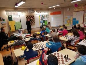Un stagiaire passant son épreuve oral auprès de jeunes de l'école Pompidou.