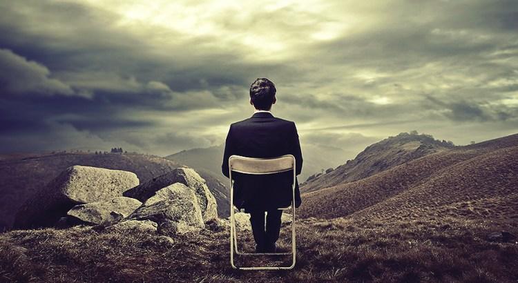 aproveitar a vida rapaz sentado olhando pro horizonte