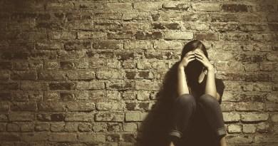 culpa, sentimento de culpa, sofrimento emocional, tristeza, perdão, perdoar, mulher triste, pessoa chorando