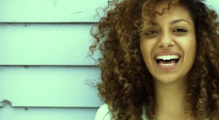 autoestima, mulher negra, mulher feliz, mulher sorrindo, sorriso