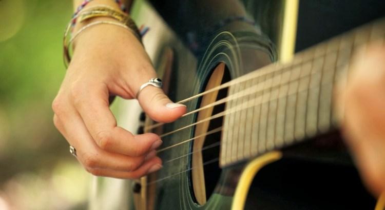 meus pais querem que eu faça faculdade, pessoa tocando violão, faculdade, violão, instrumento musical