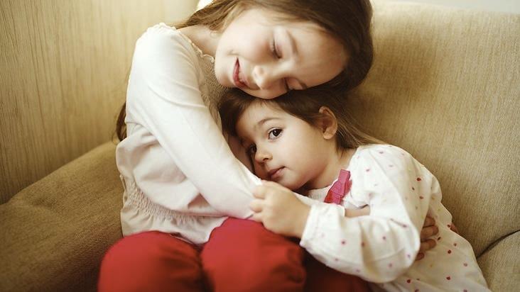 relacionamento familiar, família, abraço de irmãos, abraço entre irmãs, abraço, afeto