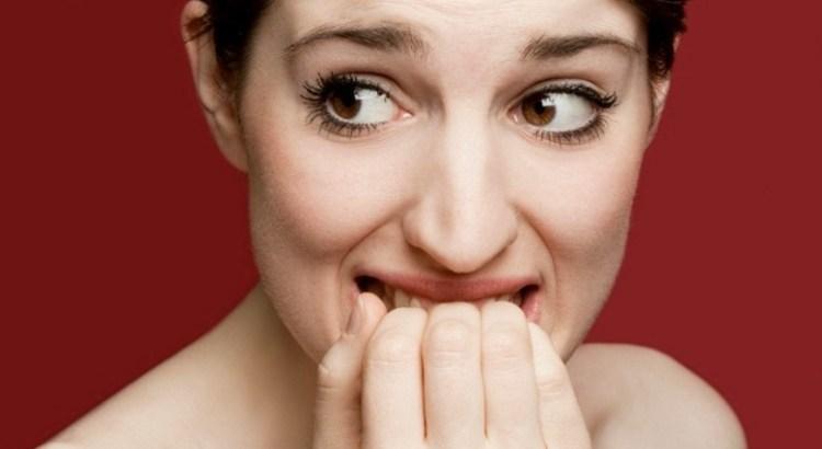 entrevista, processo seletivo, trabalho, emprego, roendo as unhas, roendo dedos, angústia, medo, insegurança, nervosismo