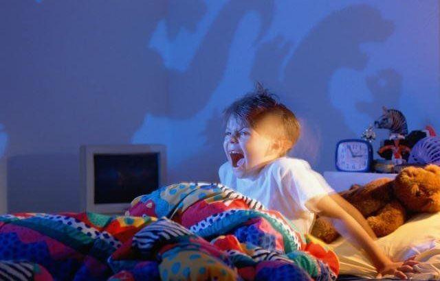 terror noturno, criança apavorada, criança aterrorizada, criança com medo, criança em pânico, pesadelo infantil, pesadelos infantis