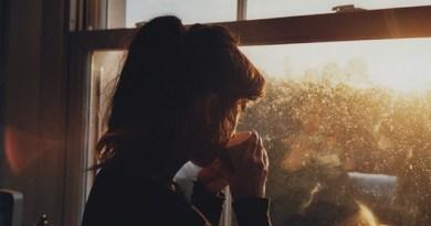 reflexão, pessoa pensando, pessoa na janela, refletir, amadurecer, crescimento pessoal
