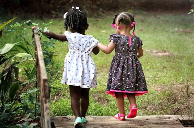 gentileza, crianças caminhando
