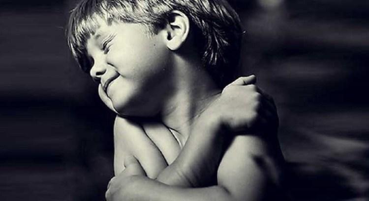 amor próprio, criança abraçando-se