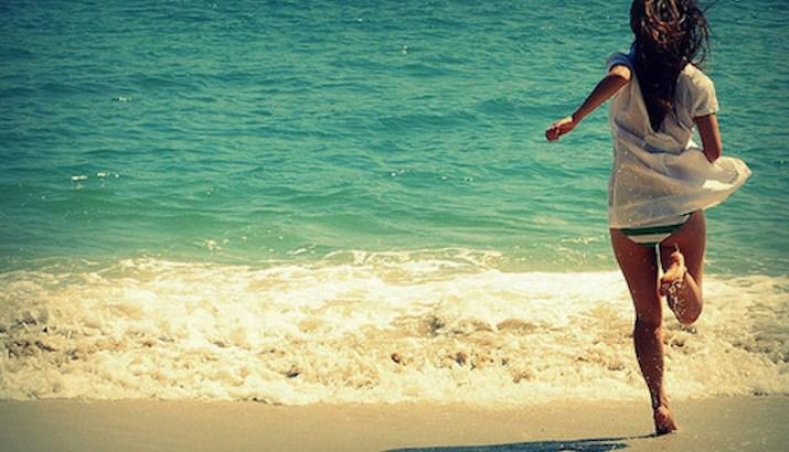 como ficar sozinha, feliz sozinha, pessoa na praia