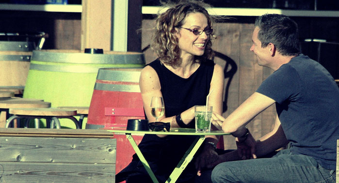 chico y chica conversando