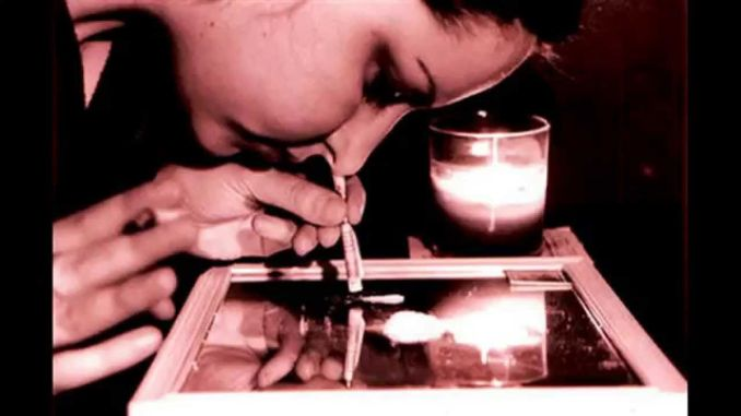 Mujer esnifando cocaina