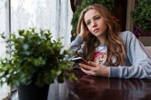 Chica con expresión triste