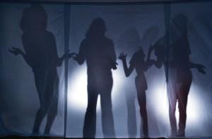 Sombras de 4 mujeres tras un espejo en la discoteca.