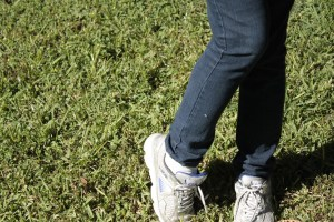 Fotografía de piernas cruzadas con significado de timidez.