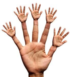 Fotografía de una mano desde que cada dedo presenta a su vez otra mano
