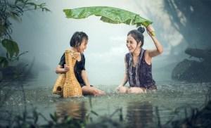 Fotografía de una madre con su hija bajo la lluvia