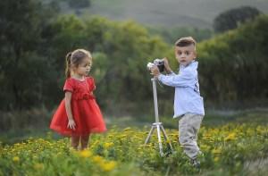 Fotografía de dos niños fotografiándose