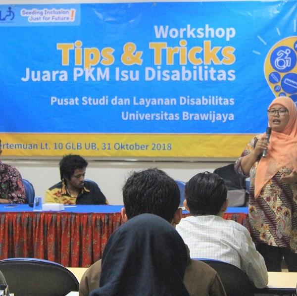 Dwi Retnoningsih memberikan materi Tips & Tricks Juara PKM Isu Disabilitas di Ruang Pertemuan Lt. 10 GLB UB pada Rabu, 31 Oktober 2018.