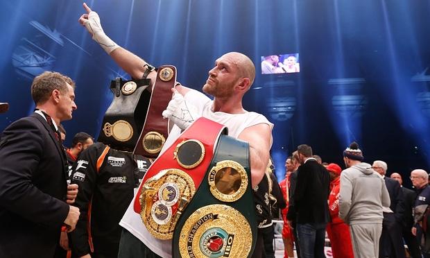 El boxeador Tyson Fury renunció a todos sus títulos mundiales y perdió su licencia
