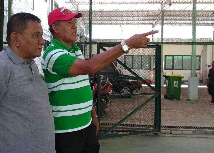 Rudy Keeltjes (Kaos Hijau Garis Putih) saat memantau tes fisik tim Pra-PON Jatim di Lapangan Tenis Indoor KONI Jatim 7 Mei 2018 lalu