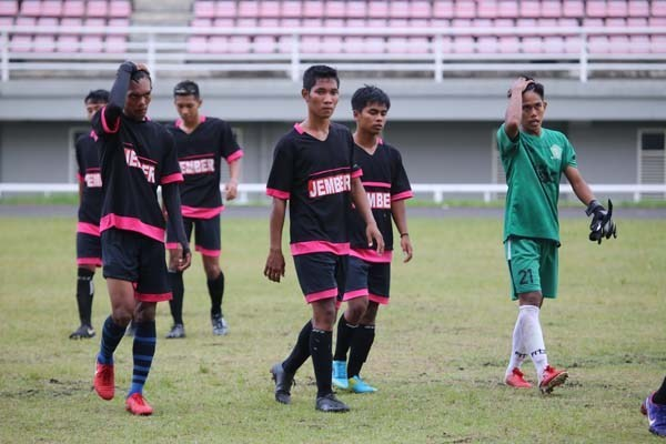 Karena kesalahan mencantumkan nomor punggung pemain, tim Pra Porprov disanksi Pandis PSSI Jatim. (Foto: Radar Jember)
