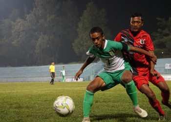Pemain PSBK Peta U-15 berduel pemain Persebaya U-15