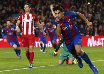 Pemain Barcelona Luis Suarez melakukan selebrasi setelah berhasil mencetak gol pertama ke gawang Atletico Madrid dalam semi final leg kedua Piala Raja Spanyol di Camp Nou Stadium, Barcelona,