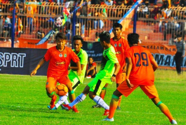 Pemain Persibo (oranye) saat berujicoba lawan Malang United