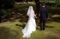 Deux mariés, l'épouse est en robe blanche, s'éloignent en se tenant la main
