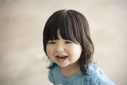 Quand consulter un psychologue: une petite fille qui sourit