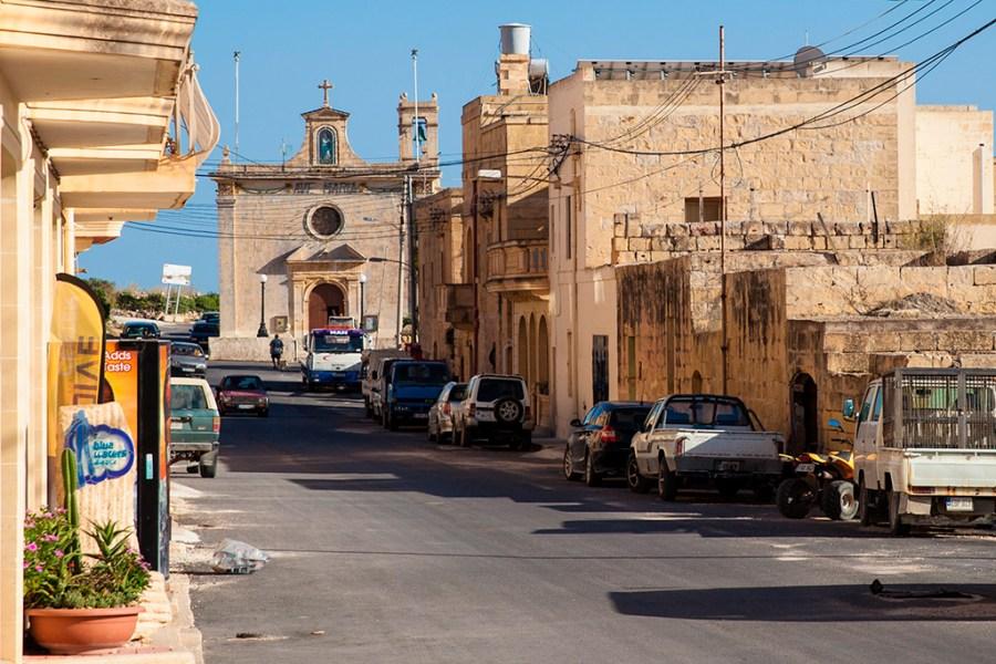 Gozo, Qala - uliczka z naszym Centrum Nurkowym i kościółek w tle.