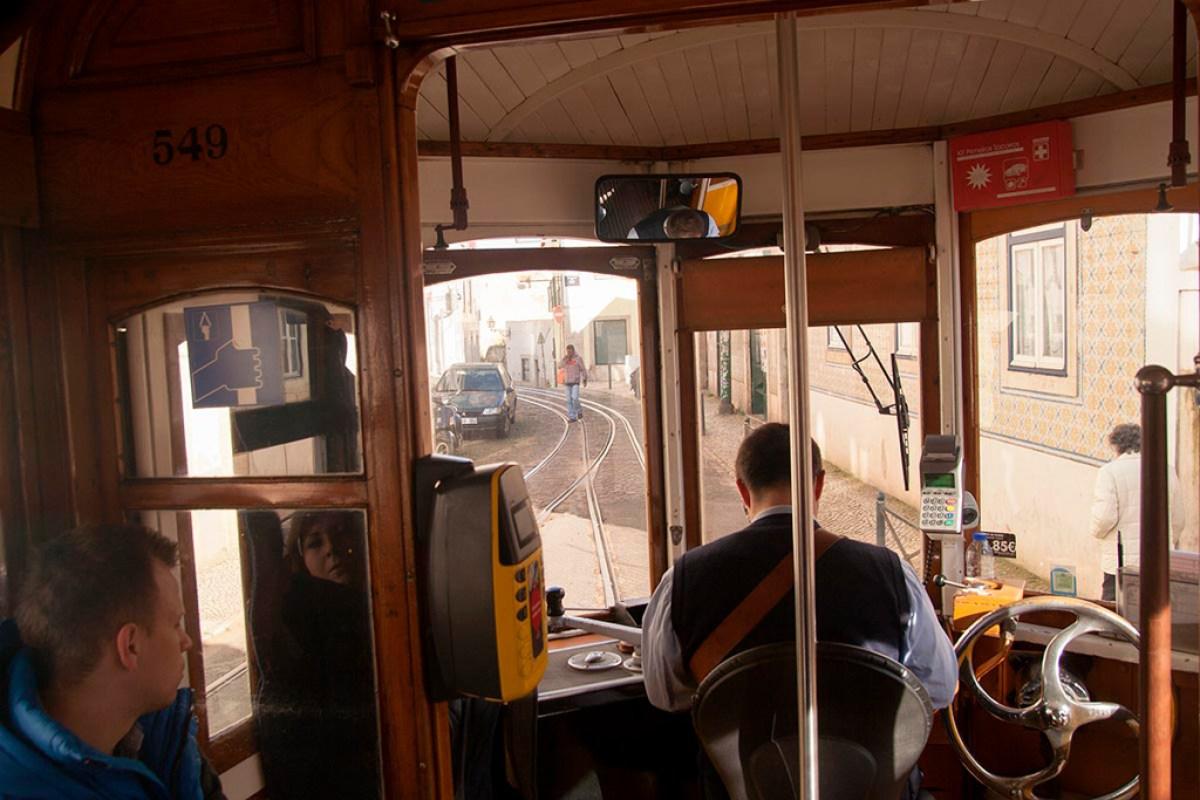 W tramwaju 28 jadącym przez Alfamę