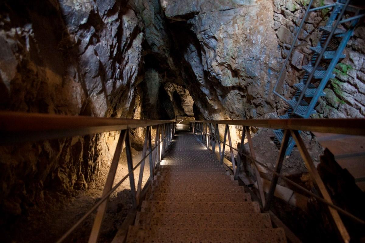 Demianowska Jaskinia Lodowa - jedne ze stromych schodów