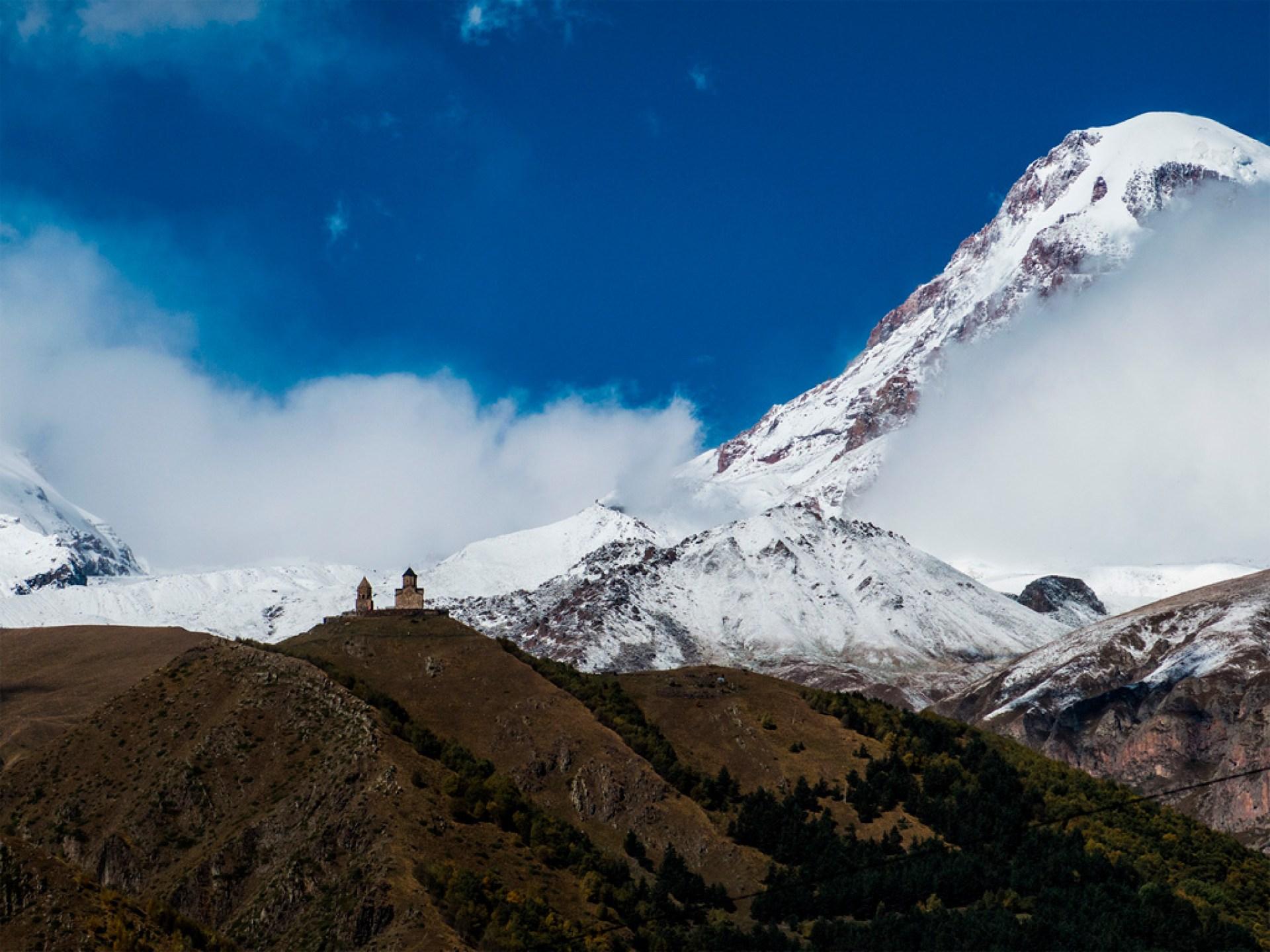 Cminda Sameba, monastyr na drodze na Kazbek, najsłynniejszy widok gruziński obok wież obronnych