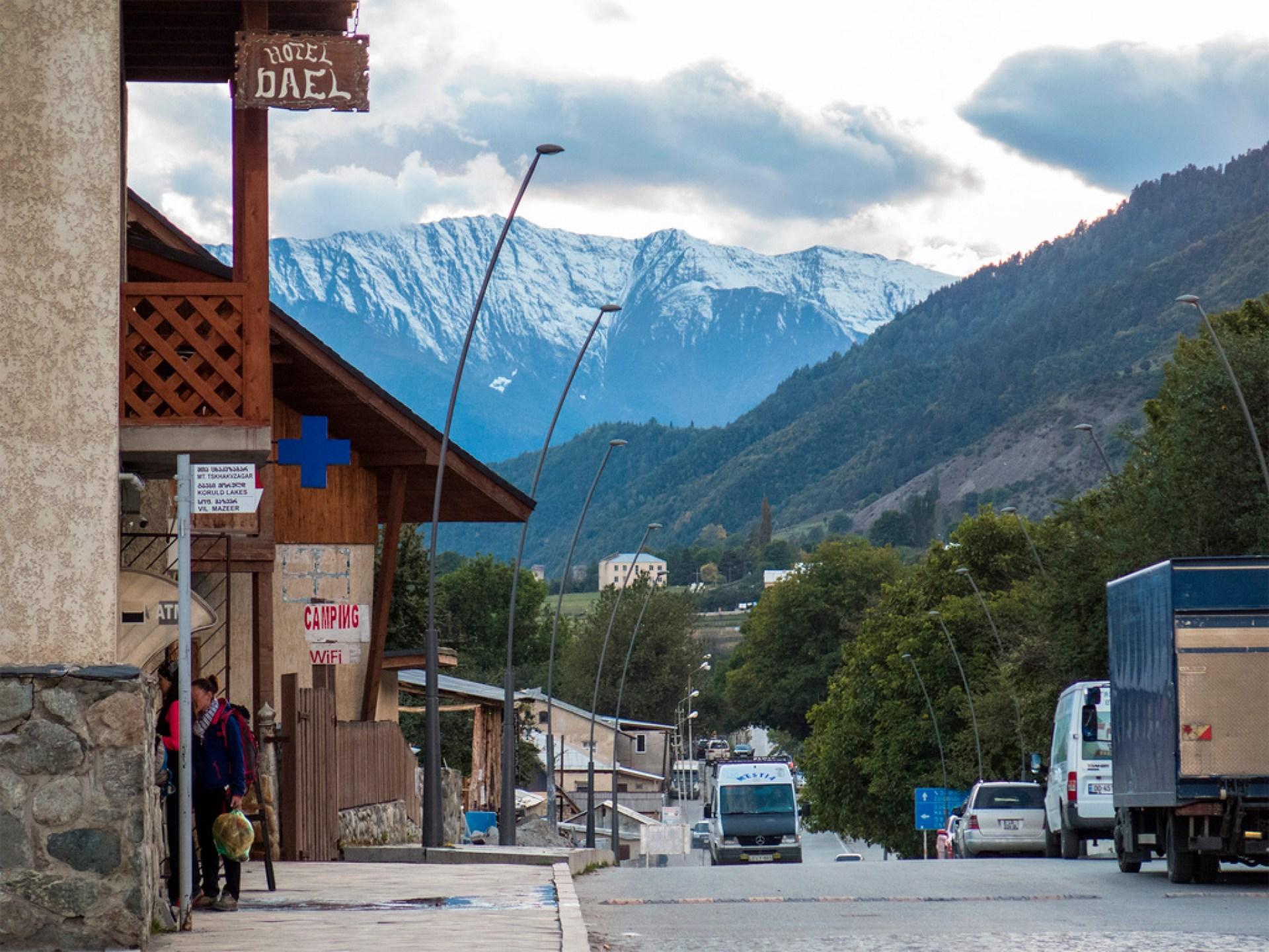 Mestia, główna ulica z widokiem :)