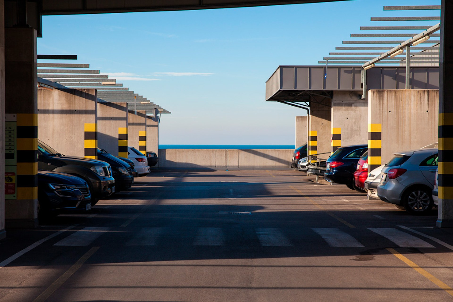 Ostatnie piętro parkingu wielopoziomowego