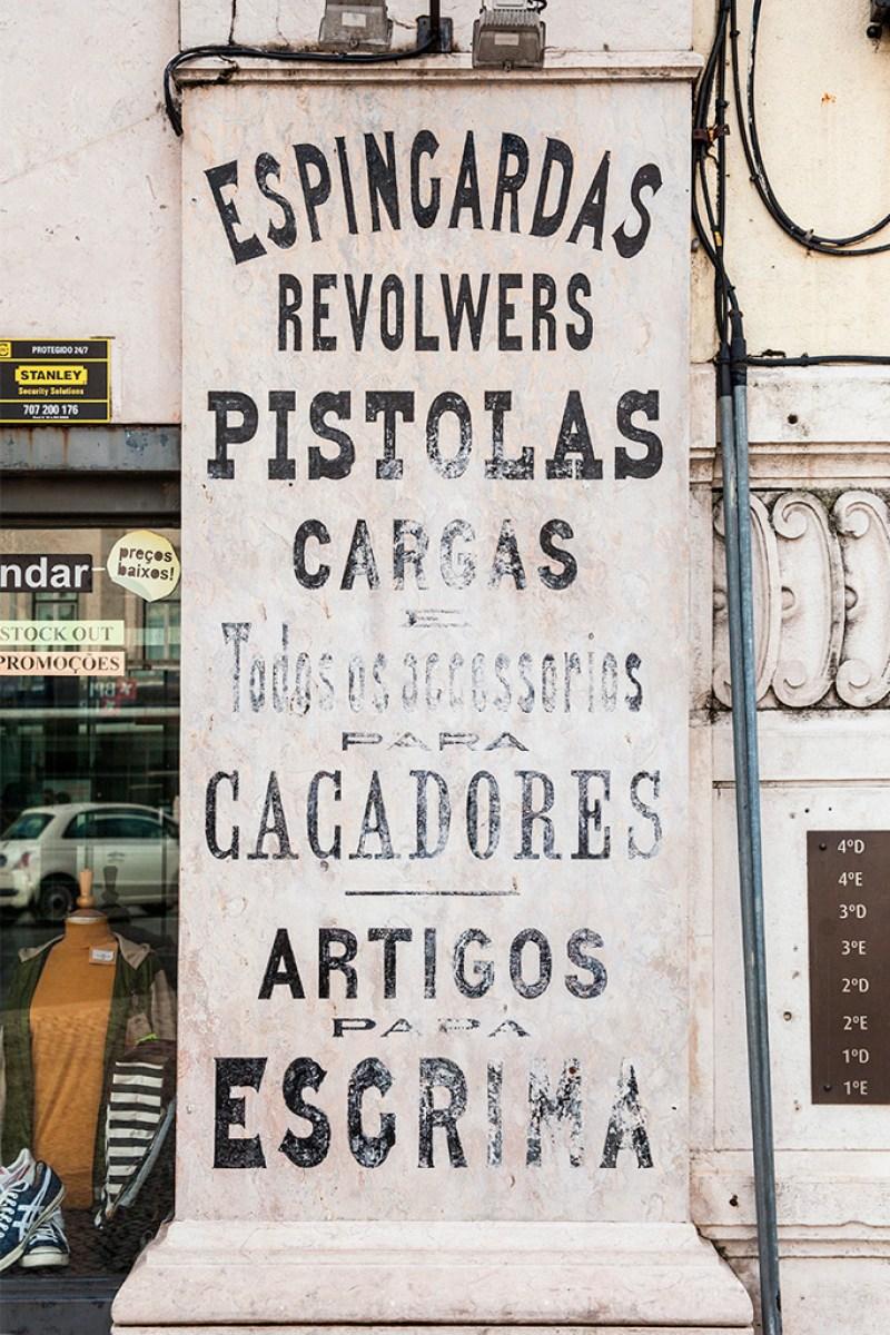 Stara reklama sklepu z bronią