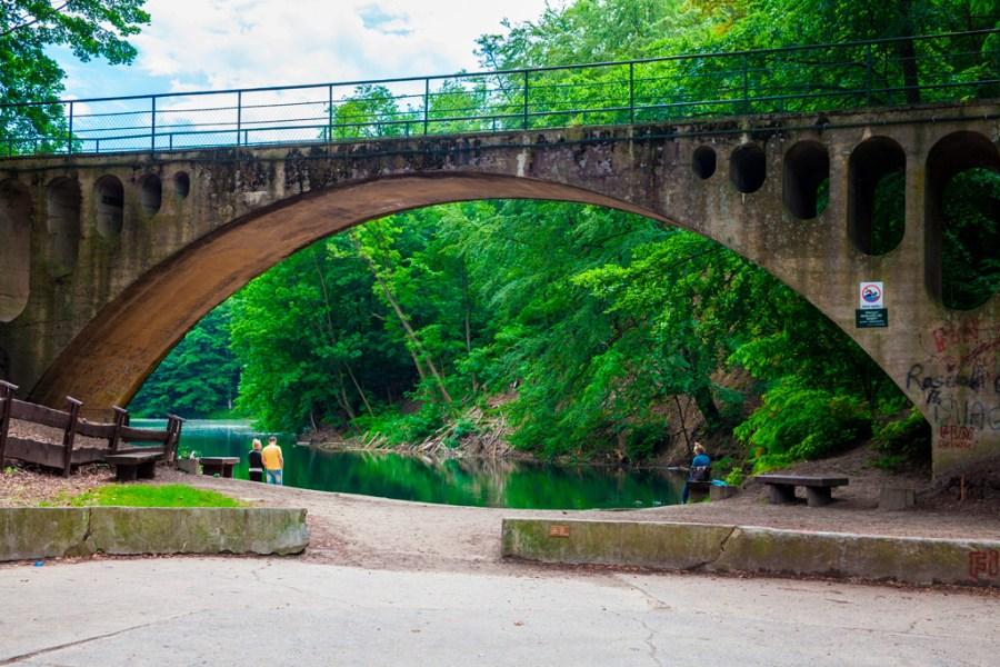 Betonowy most nad brzegiem jeziora