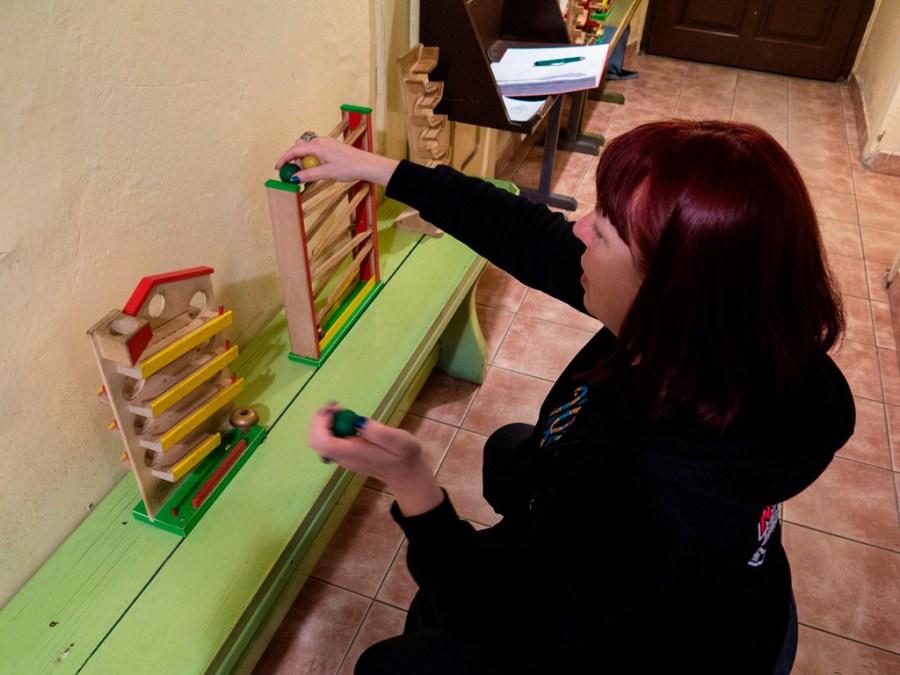 Drewniane zabawki z toczącymi się kulkami