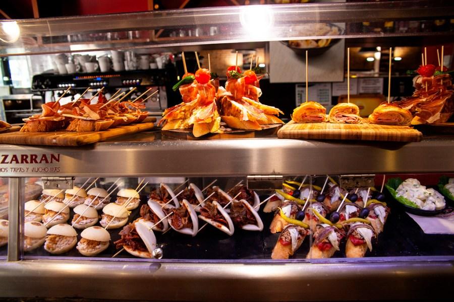 Co jeść w Walencji? Pinchos, czyli kanapeczki nadziane na wykałaczkę.