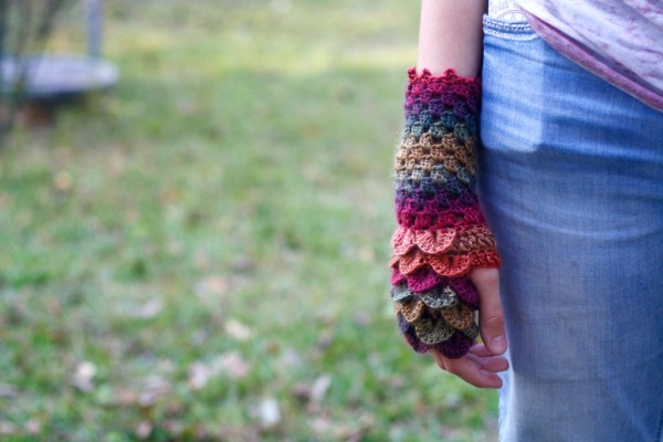 Free dragon gloves crochet pattern using the crocodile stitch.