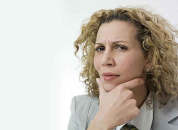 Kvinde i tanke, ser ud med mistillid