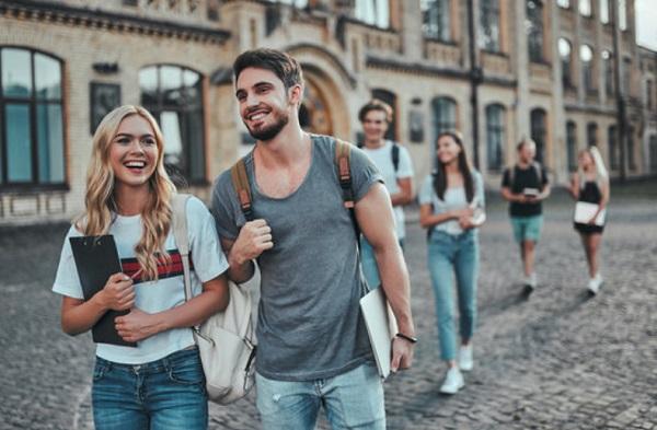 Студенты на фоне университете
