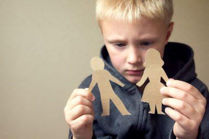 sombere jongen gescheiden ouders - effect van scheiding op kind